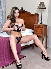 Sophie Parker strips down while teasing her pussy