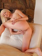 Stunning Nubile sex kitten Sierra Nevadah makes herself cum